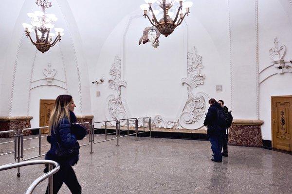 В Москве на станции Арбатской выглянул Сталин из под обвалившейся штукатурки